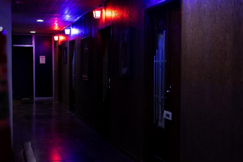 Corredor de acesso as cabines, dark room, sauna, ducha, lavabos e acesso ao 3º pavimento.