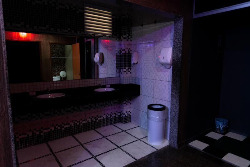 Corredor de acesso as cabines, dark room, sauna, duchas, lavabos e acesso ao 3º pavimento.