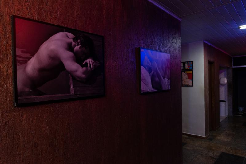Pia, entrada para o dark room, sala de vídeo e lavabos.