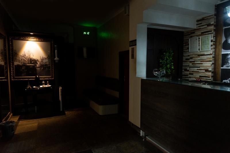 Cantinho do café, passagem de acesso as cabines, duchas e andares superiores.